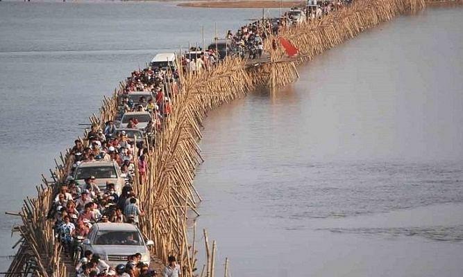 एक ऐसा पुल जिसे गर्मी के मौसम में बनाया जाता है और बारिश में तोड़ दिया जाता है!