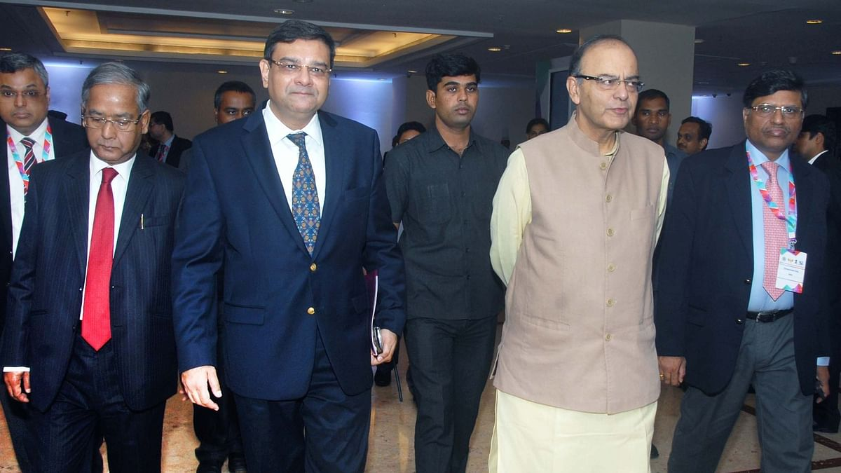 वित्त मंत्री अरुण जेटली और RBI गवर्नर उर्जित पटेल मीटिंग के लिए जाते हुए