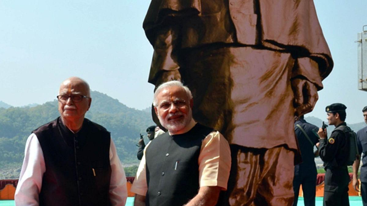 प्रधान मंत्री नरेंद्र मोदी के साथ एल के आडवाणी