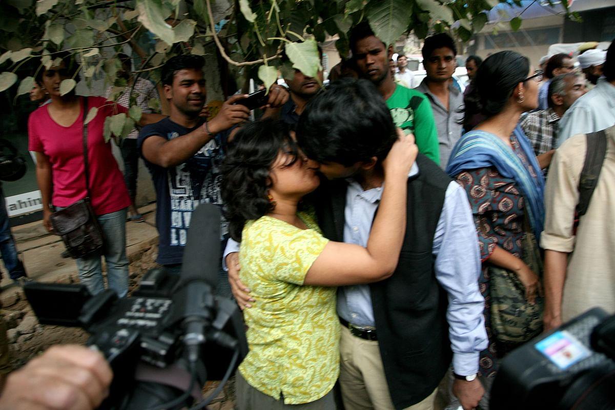 सार्वजनिक स्थानों पर चुंबन