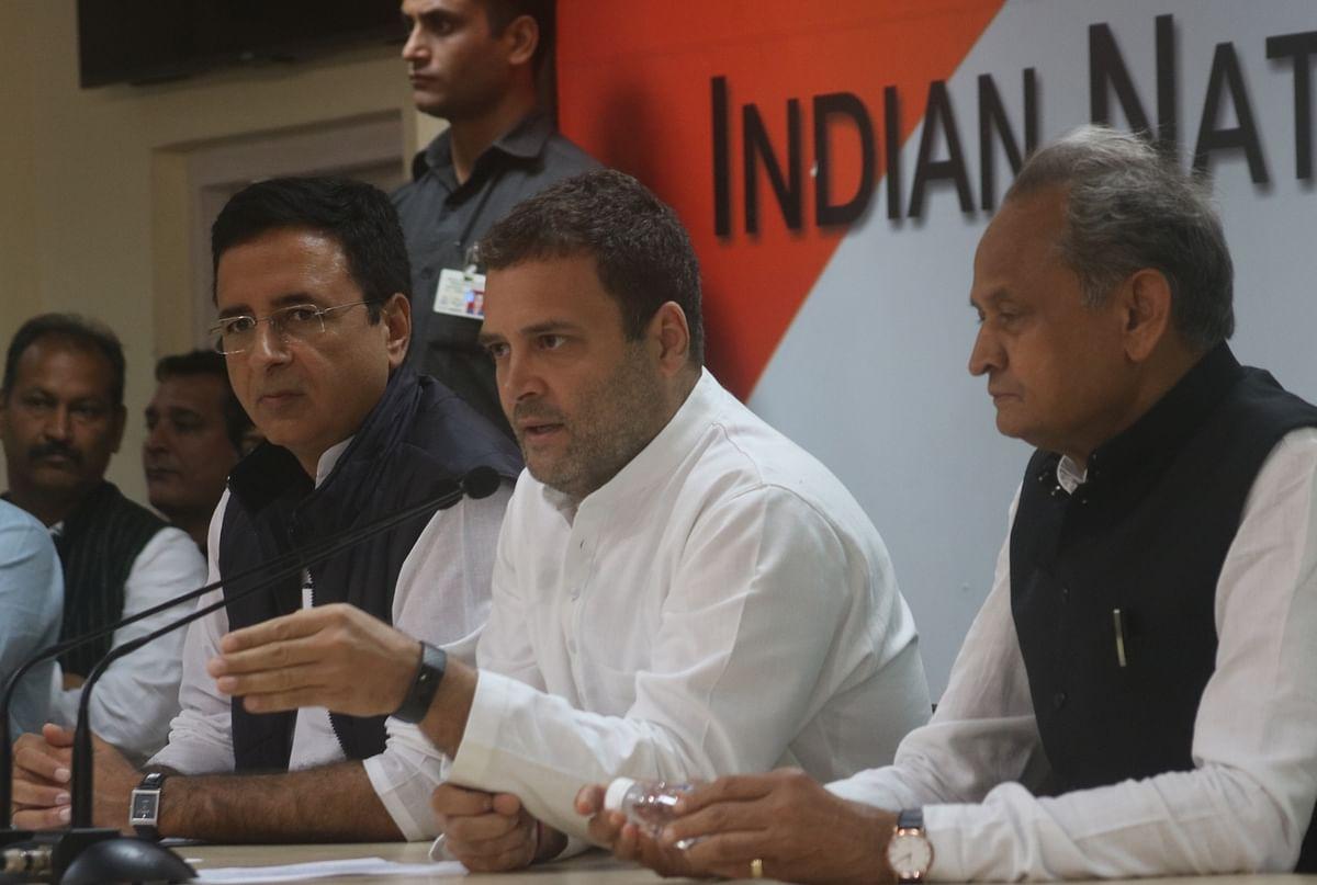 कांग्रेस कार्यकर्ता नई दिल्ली में राफले सौदे पर केंद्र सरकार के खिलाफ एक प्रदर्शन करते हुए