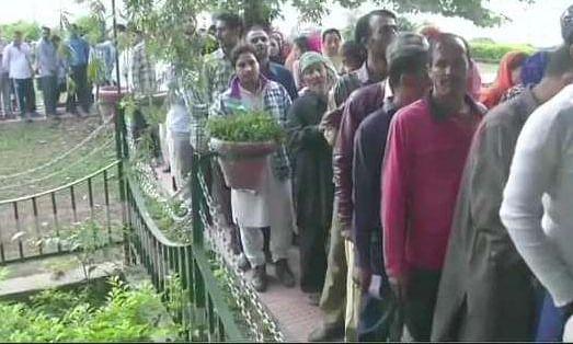 जम्मू एवं कश्मीर पंचायत चुनाव के पांचवें चरण के मतदान गुरुवार को कड़ी सुरक्षा के बीच शुरू
