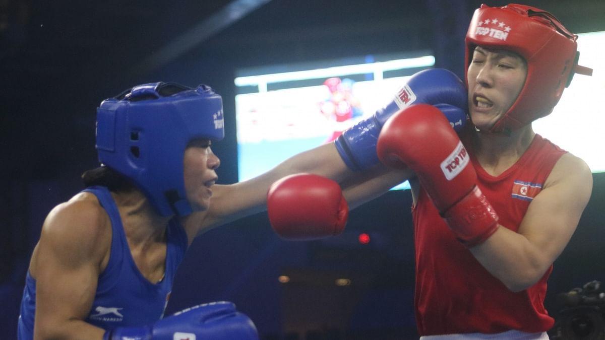 सेमीफाइनल मैच के दौरान भारतीय बॉक्सर एमसी मैरी कॉम और उत्तरी कोरिया उत्तरी कोरिया की किम ह्यांग मी