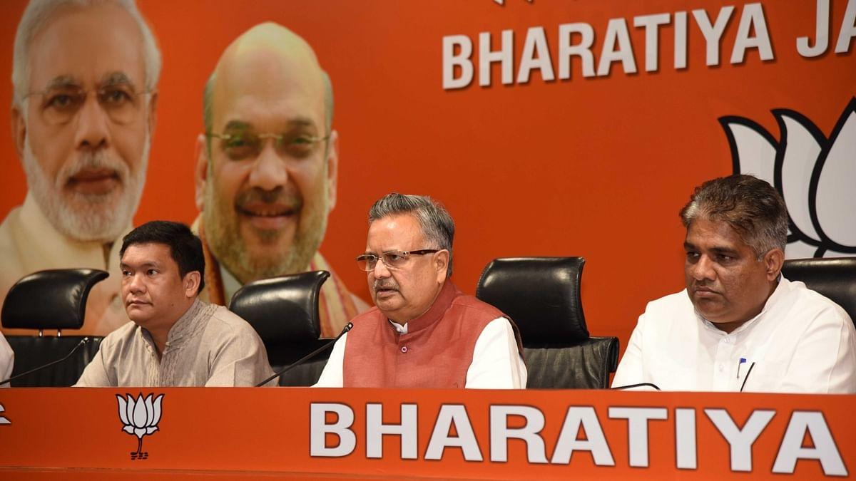 छत्तीसगढ़ के मुख्यमंत्री रमन सिंह और अरुणाचल प्रदेश के मुख्यमंत्री पेमा खंडू एक प्रेस कॉन्फ्रेंस को संबोधित करते हुए।