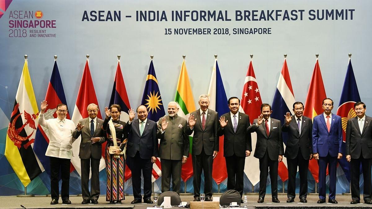 प्रधानमंत्री मोदी ASEAN-India शिखर सम्मेलन के दौरान अपने समक्ष के नेताओं के साथ