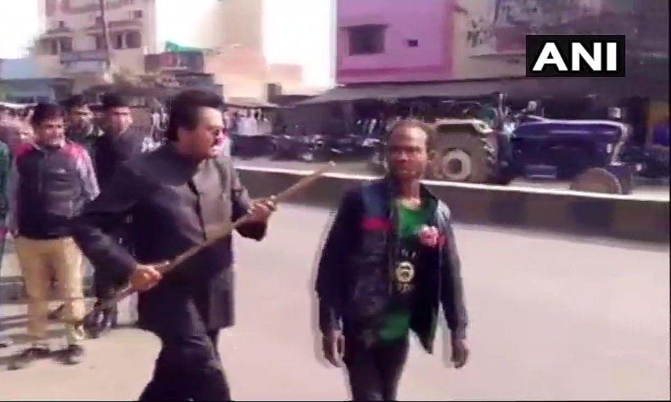दिव्यांग ने लगाया अखिलेश यादव ज़िंदाबाद का नारा, तो शुरू हो गई BJP नेता की गुंडागर्दी, मुंह में डाला डंडा, Video Viral