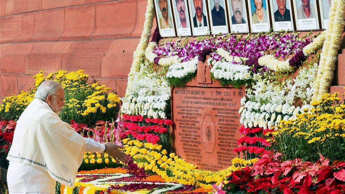 शहीदों को श्रद्धांजलि देते प्रधानमंत्री मोदी