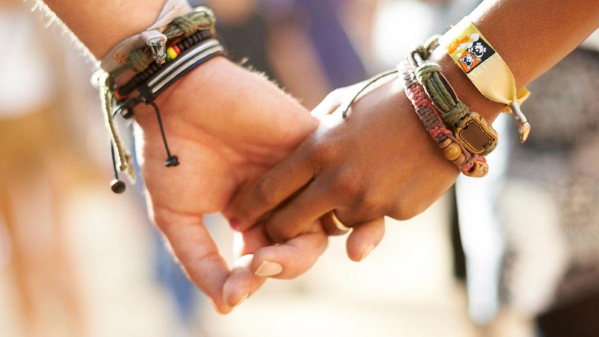 लिंग परिवर्तन के बाद दो सहेलियों ने साथ रहने के लिए शादी कर ली