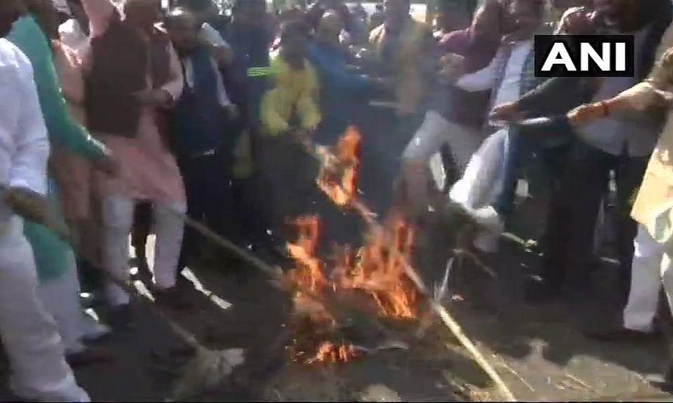 मध्य प्रदेश: बिगड़ती कानून-व्यवस्था के बीच बीजेपी कर रही है कांग्रेस सरकार का पुतला दहन