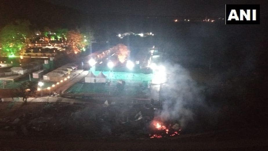 स्टैच्यू ऑफ यूनिटी के पास टेंट में लगाई आग