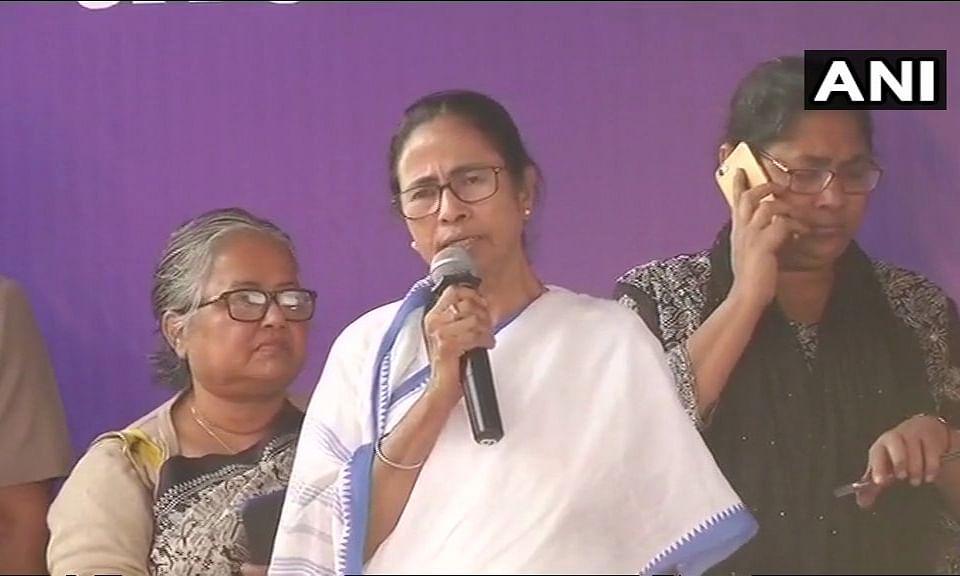 ममता के धरने से हिली दिल्ली, सुप्रीम कोर्ट ने किया जल्द सुनवाई से इंकार