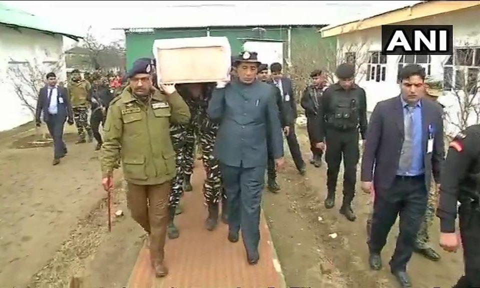 Pulwama Terror Attack: गृहमंत्री राजनाथ सिंह ने शहीद CRPF जवानों को दिया कंधा