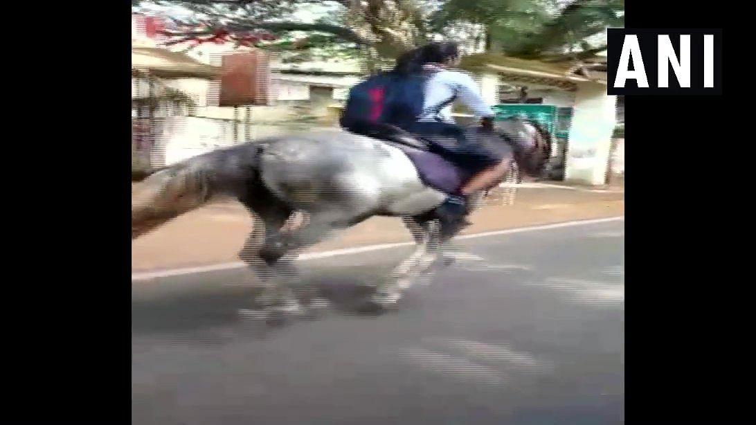 बोर्ड परीक्षा देने घोड़े पर पहुंची छात्रा