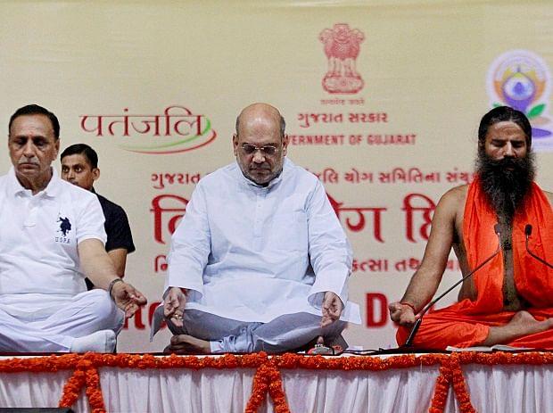 योग गुरु बाबा रामदेव, बीजेपी अध्यक्ष अमित शाह और गुजरात के मुख्यमंत्री विजय रुपानी