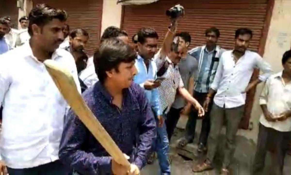 Video: बीजेपी MLA आकाश विजयवर्गीय ने निगम अधिकारियों के साथ मारपीट की