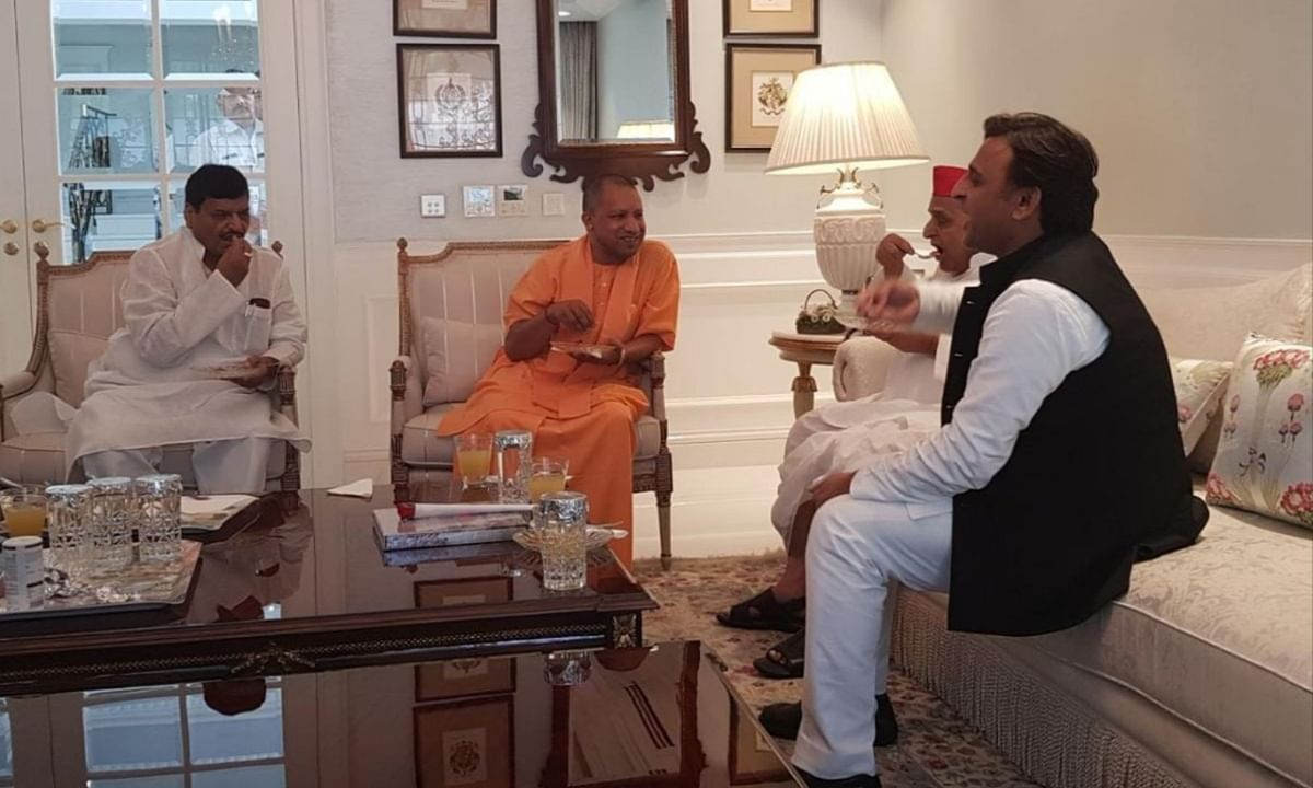 मुलायम सिंह से मिलकर क्या बोले योगी, साथ में चाय-नास्ता करते भी नज़र आए