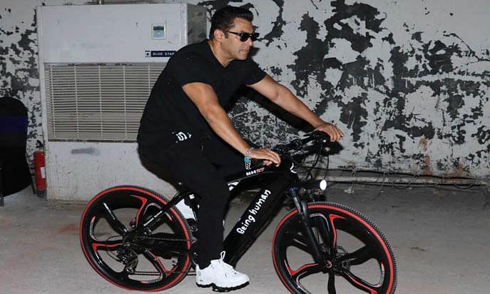 Video: सलमान खान ने लाल किले के बाहर आखिर क्यों चलाई साइकिल ?
