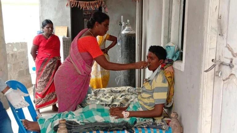 अठारह वर्षीय गंधम किरण अपनी माँ के साथ