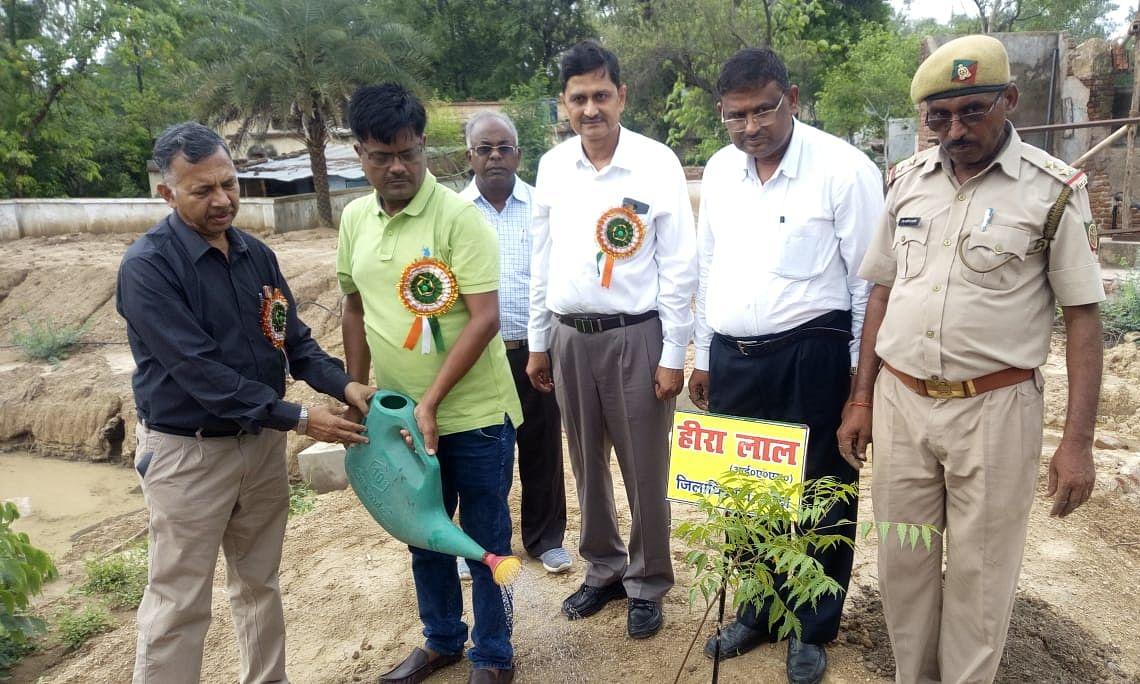बाँदा: जिलाधिकारी ने दिया 19 लाख पेड़ लगाने का लक्ष्य