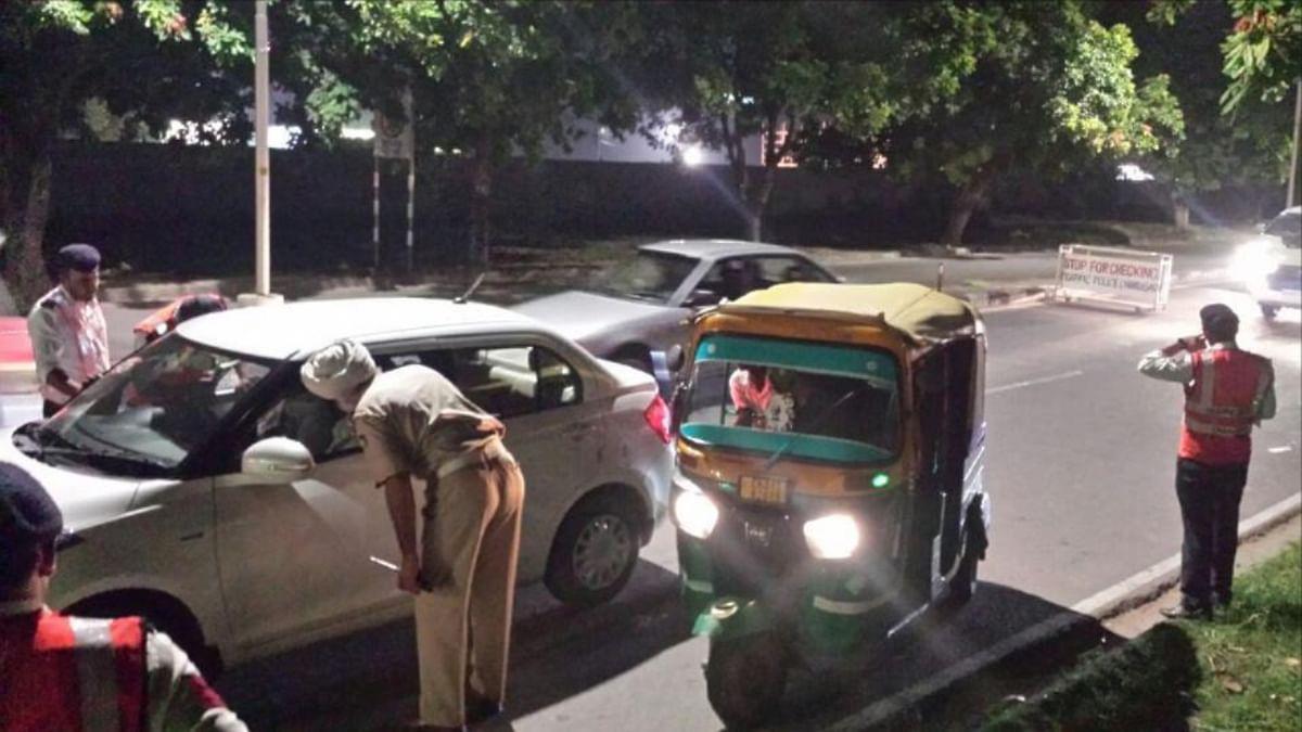 वाहन चेक करती पुलिस