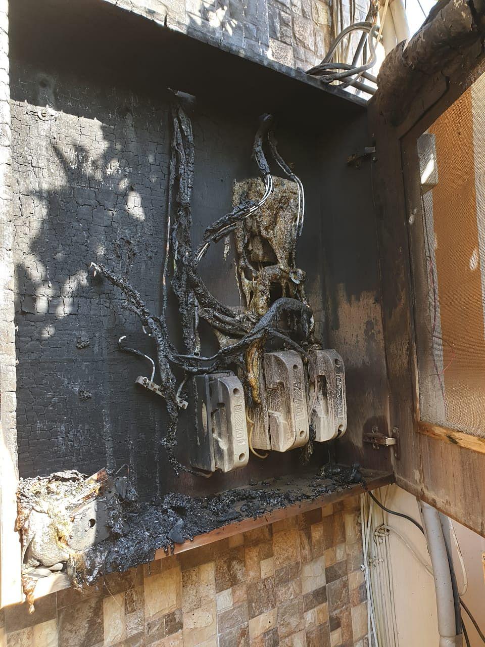 शार्ट-सर्किट से लगी आग में जला हुआ मीटर