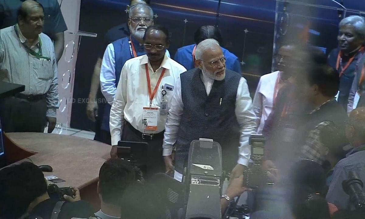 भावुक इसरो प्रमुख से मोदी ने कहा, 'हिम्मत न हारें'