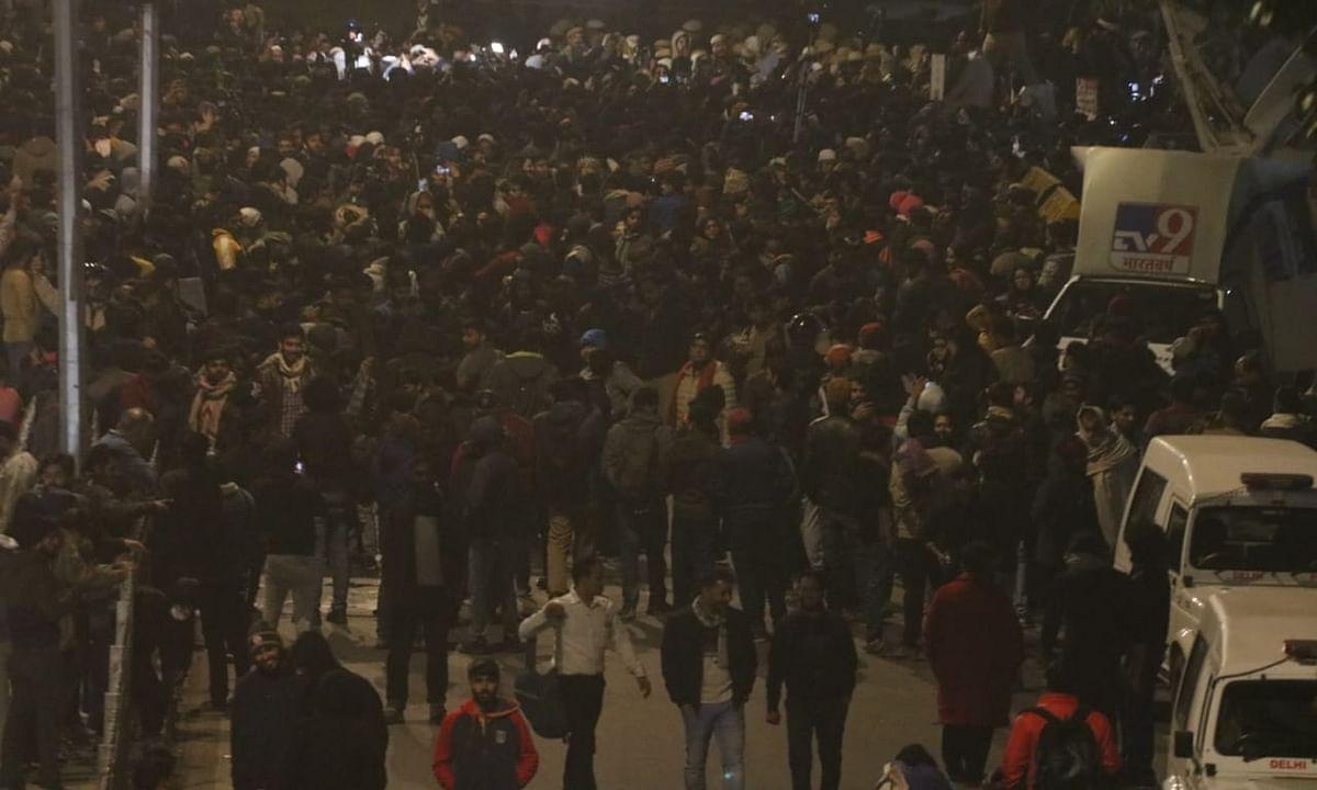 जामिया बवाल : रात भर सड़कों पर डटी रही दिल्ली पुलिस, राजधानी में 'अलर्ट'