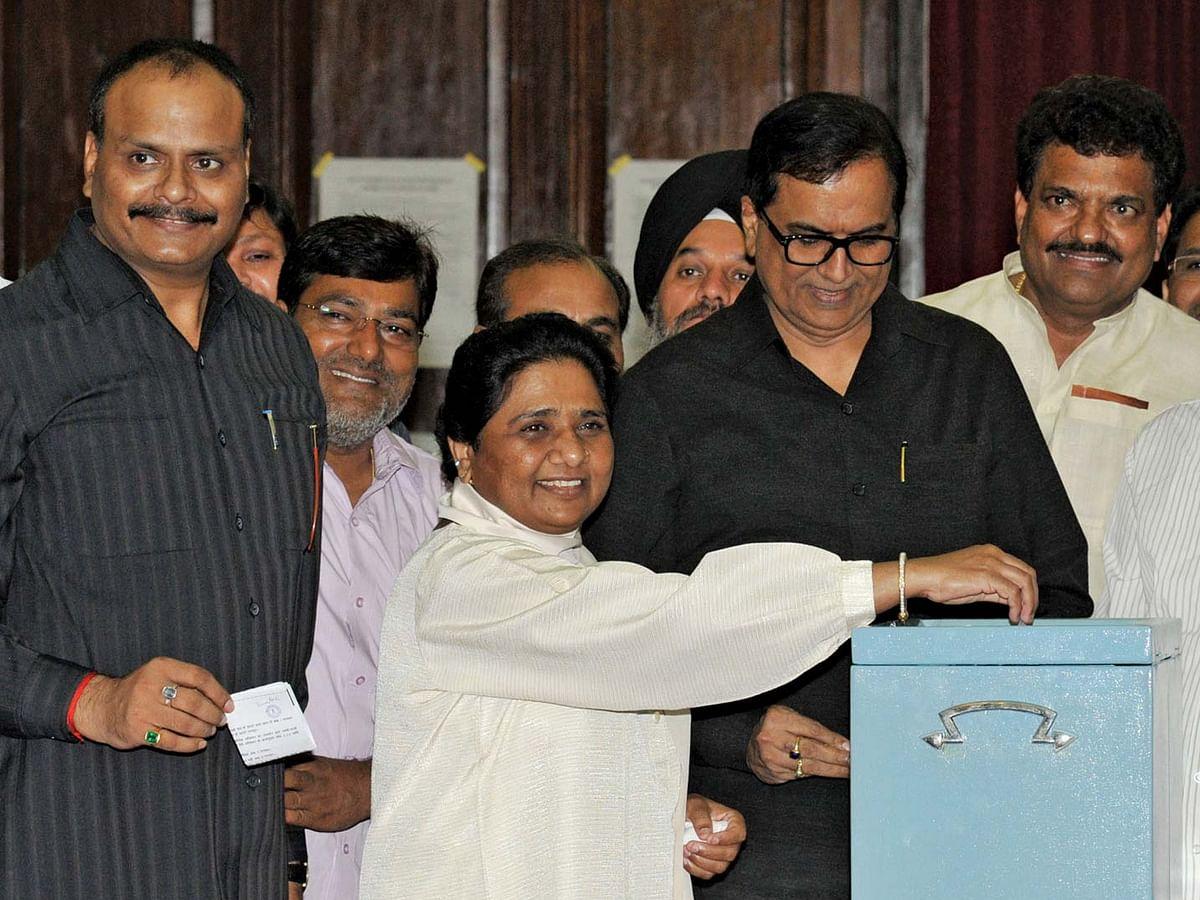 बसपा अब ब्राम्हणों के पैर छूकर सत्ता को हासिल करेगी।
