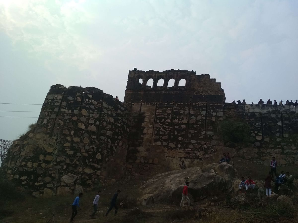 भूढ़ के किले के नदी के किनारे वाला दृश्य