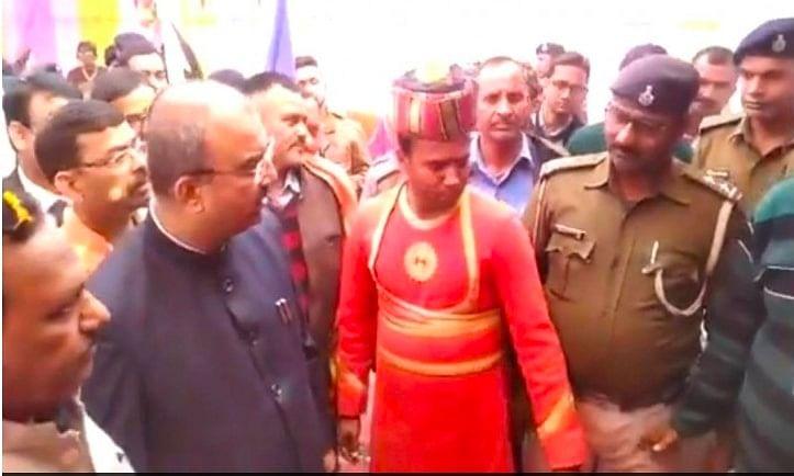 पुलिसकर्मी के द्वारा रोके जाने पर बिहार के स्वास्थ्य मंत्री का चढ़ा पारा, बोले इसे सस्पेंड कराइये।