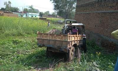 गिट्टी ले जाते हुए ट्रैक्टर बन रहे आम राहगीरों के काल, स्थानीय पुलिस रिश्वत लेकर मस्त।