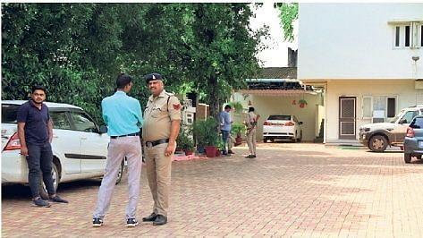 रायपुर में छापे मारने गई आयकर विभाग की टीम की की गाड़िया छत्तीसगढ़ पुलिस ने जब्त की.