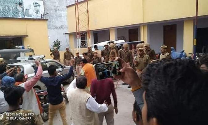 वाहन चेकिंग के दौरान पुलिसकर्मी ने भाजपा जिलाध्यक्ष के बेटे पर उठाया हाँथ, भाजपाई धरने पर बैठे !