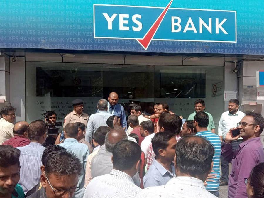 Yes Bank के खाताधारक अपना ही पैसा निकालने के लिए जूझ रहे हैं, देश में एकबार फिर नोटेबंदी जैसे हालात?