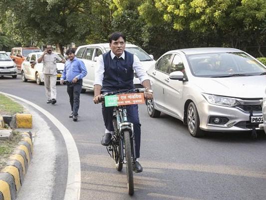 करोड़ों की संपत्ति के मालिक और केंद्र सरकार के कैबिनेट मंत्री मनसुख मांडविया साइकिल से संसद जाते हैं।