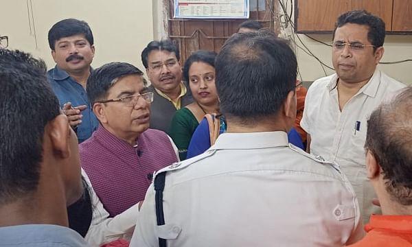 भाजपा के दो सांसदों को पुलिस ने हिरासत में लिया।