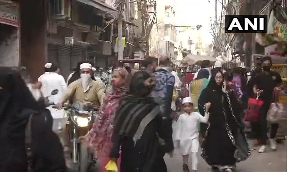 रमजान का चांद दिखते ही लॉक डाउन की धज्जियां उड़ गयी, लोग बाजारों को कूच कर गए