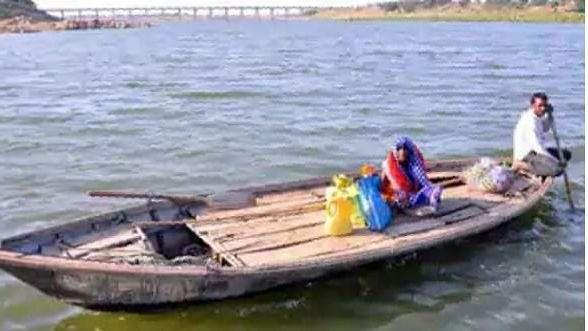 नाव से पहुँचाया बहन को राशन