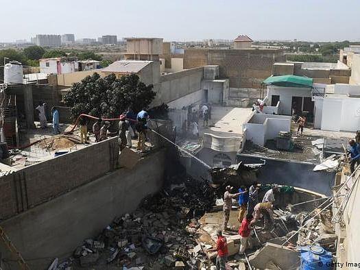 पाकिस्तान के कराची में रिहाइशी इलाके में क्रैश हुआ PIA का विमान, 99 लोग थे सवार