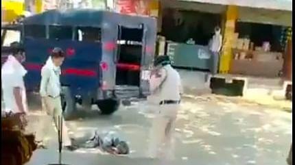 मध्यप्रदेश पुलिस का यह कैसा रूप, गरीब को मार-मार कर गिरा दिया।