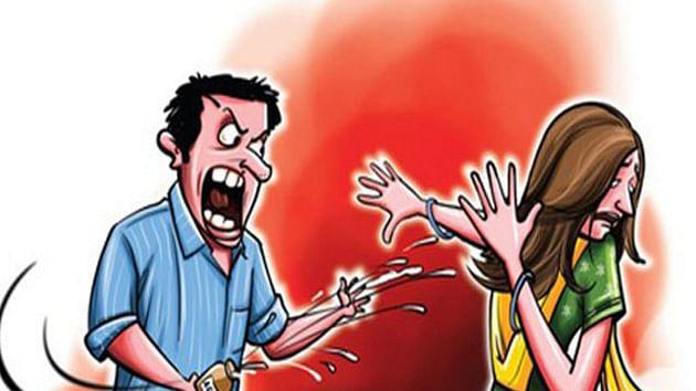 पति ने पत्नी पर फेंका तेजाब, मामला घरेलू हिंसा से जुड़ा है।
