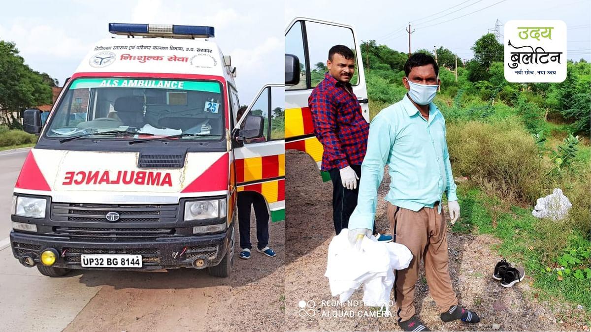 प्रयोग की हुई पीपीई किट को खुले में फेंकते हुए महोबा हॉस्पिटल एम्बुलेंस के कर्मचारी