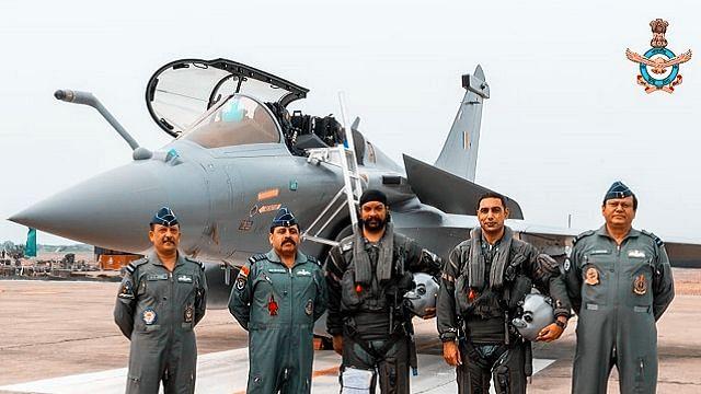 राफेल जैसे ही भारतीय सीमा में आया तो आईएनएस ने करारा स्वागत किया तो राफेल ने भी जबरजस्त जवाब दिया