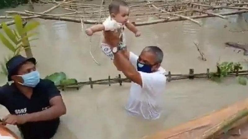 बाढ़ के पानी में उतर कर लोगों को बचाते दिखे भाजपा विधायक मृणाल सैकिया