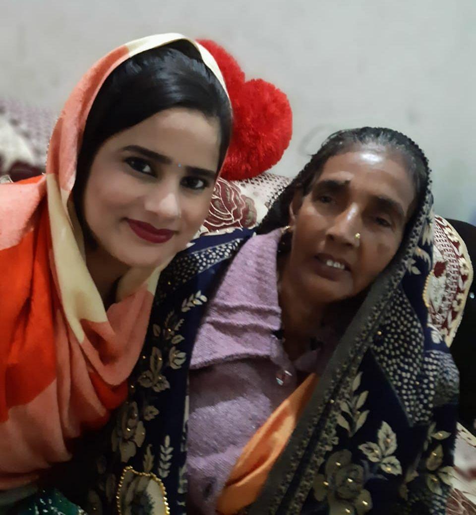 शमशाद की माँ के साथ प्रिया