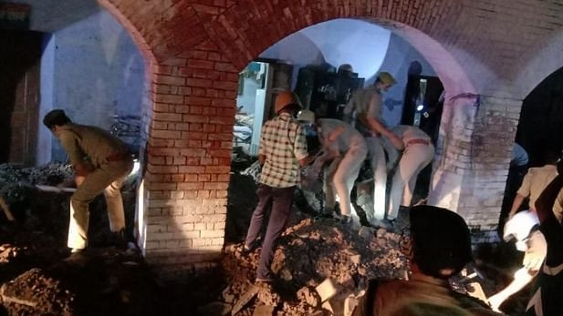 kanpur police line barrack collapsed