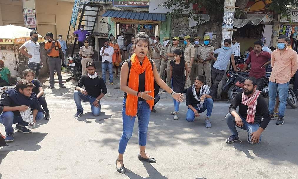 झांसी विश्वविद्यालय के छात्र नुक्कड़ नाटक करते हुए
