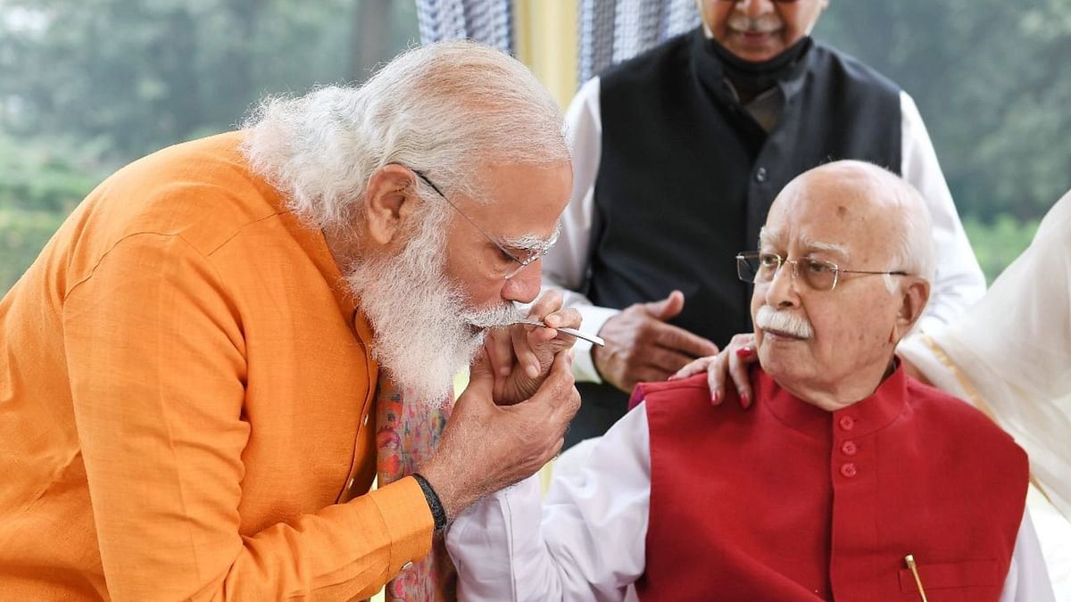 प्रधानमंत्री ने भाजपा के वरिष्ठ नेता लालकृष्ण अडवाणी के घर पहुँचकर मनाया उनका जन्मदिन