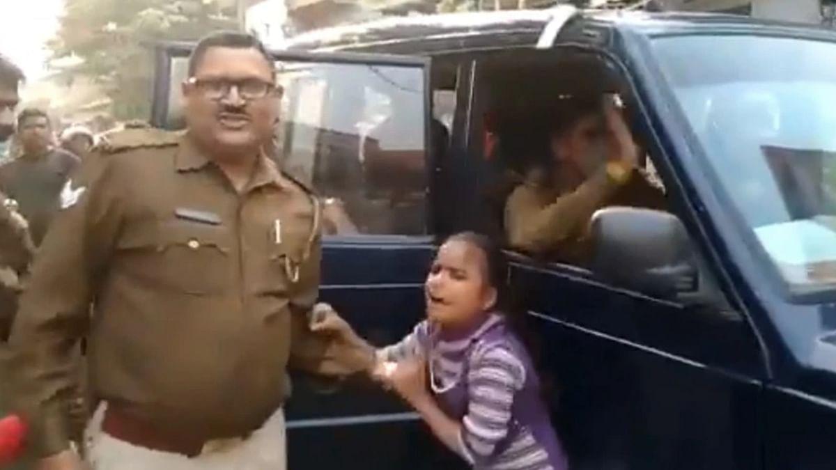 माफ करिये लेकिन पुलिस का यह रूप बालमन में आक्रोश के बीज बोता है