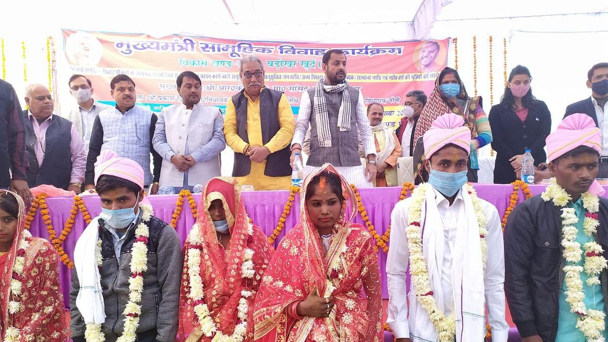 मुख्यमंत्री सामूहिक विवाह कार्यक्रम में 63 जोड़ों ने लिए फेरे